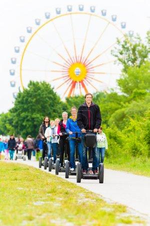 Photo pour Groupe touristique ayant guidé la visite du parc d'attractions Segway - image libre de droit