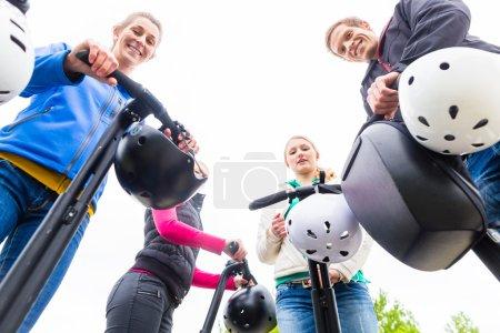 Photo pour Groupe touristique ayant guidé la visite de la ville de Segway - image libre de droit