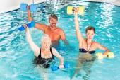 Skupina lidí na vodní gymnastika nebo aquarobics