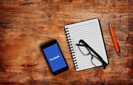 Photo pour Melbourne, Australie-mai 7,2015 : Page Facebook sur le périphérique smartphone sur table. Facebook est très bien connu des service de réseau social créé en 2004 par Mark Zuckerberg - image libre de droit