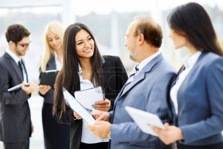 Photo pour Rencontrer des partenaires commerciaux avant la présentation dans le hall - image libre de droit
