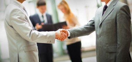 Photo pour Les gens d'affaires serrent la main, finissent une réunion - image libre de droit