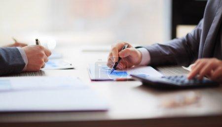 Photo pour Deux hommes d'affaires assis à la table. Gros plan des mains - image libre de droit