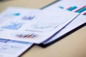 Finanční tabulky a grafy na stůl