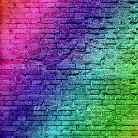 Photo pour Concept ou conceptuel colorés peint ou graffiti ancien vintage grungy mur texture brique ou bannière de fond urbain - image libre de droit