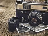 Alten Jahrgang Kamera Closeup auf hölzernen Hintergrund