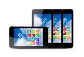 Quattro touchscreen smartphone con le icone di applicazione