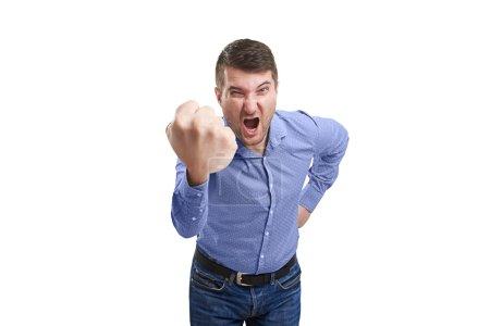 Photo pour Homme en colère montrant un gros poing et criant. isolé sur fond blanc - image libre de droit