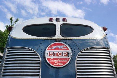 Photo pour PAYS-BAS - MAI 2015 : Feu stop à l'arrière d'un vieux bus de Greyhound Lines - image libre de droit