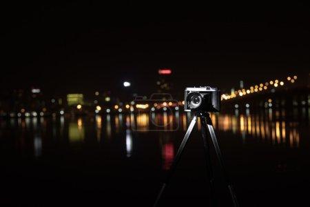 Ретро-камера ночного вида города .