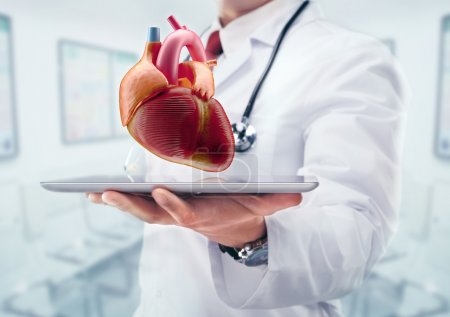 Photo pour Docteur avec stéthoscope à l'hôpital. Coeur sur la tablette. Haute résolution . - image libre de droit