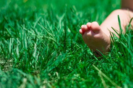 Photo pour Drôle d'image de la mère et les pieds de bébé. - image libre de droit