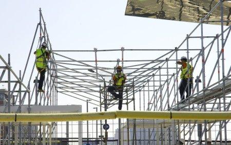 Photo pour Travailleurs sur un échafaudage, Barcelone - image libre de droit