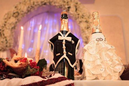 Photo pour Champagne de mariage sur table de fête, design de table nationale - image libre de droit