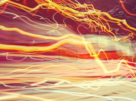 Photo pour Fond lumineux abstrait, feux de voiture flous, longue exposition, circulation sur la route, ralenti, papier peint créatif - image libre de droit