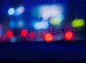 Pohled z auta v deštivé noci