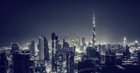 Photo pour Belle ville de Dubaï la nuit, majestueux paysage urbain lumineux dans la nuit noire, magnifique architecture moderne, voyage de luxe et concept de tourisme - image libre de droit