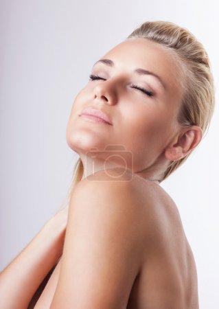 Photo pour Portrait de belle femme blonde douce avec les yeux fermés sur fond blanc, appréciant day spa et soin de beauté naturel - image libre de droit