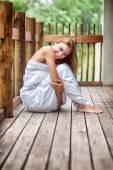 Jemná žena na terase