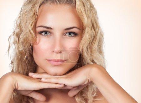 Photo pour Closeup portrait de femme douce avec parfaite peau claire sur fond beige, mode de vie sain, salon de beauté de luxe - image libre de droit