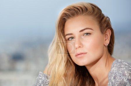 Photo pour Gros plan portrait de belle femme blonde à l'extérieur sur fond de mise au point douce, beaut naturel sain - image libre de droit