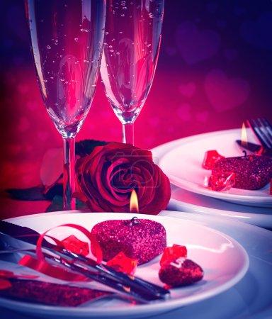Photo pour Belle nature morte de dîner romantique dans des couleurs rouges, cadre de table festive dans le restaurant Saint-Valentin, concept d'amour et de romance - image libre de droit