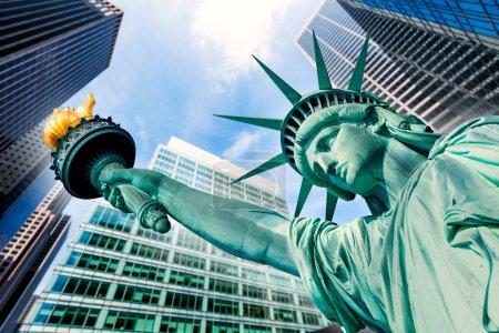 Photo pour Statue de la liberté et de gratte-ciels New-yorkais American symboles Usa photomount - image libre de droit