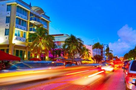 Photo pour Coucher de soleil South Beach de Miami Beach dans les lumières de Ocean Drive Floride Art déco et voiture - image libre de droit