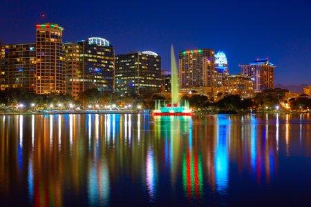 Photo pour Coucher du soleil de skyline Orlando au lac Eola en Floride Usa - image libre de droit