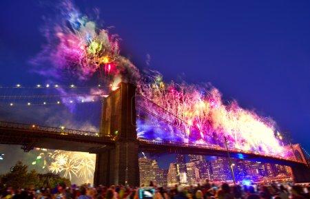 Photo pour 4 juillet 2014 feux d'artifice à Brooklyn bridge gratte-ciel de Manhattan New York Usa - image libre de droit