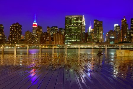 Photo pour Skyline de Manhattan à New York au coucher de soleil crépuscule pluvieux d'East River New York Usa - image libre de droit