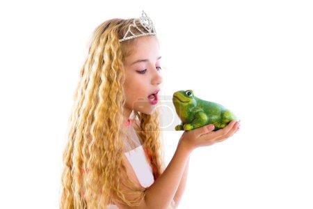 Photo pour Blonde princesse fille embrasser une grenouille crapaud vert comme une histoire conte sur blanc - image libre de droit