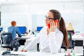 Bruneta brýle podnikatelka, práce v kanceláři