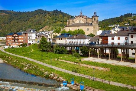 Photo pour Villafranca del Bierzo par la rivière Saint James Burbia à Léon Espagne - image libre de droit