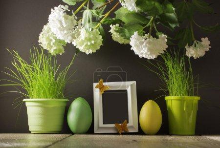 Photo pour Décoration de Pâques avec œufs et cadre sur fond sombre - image libre de droit