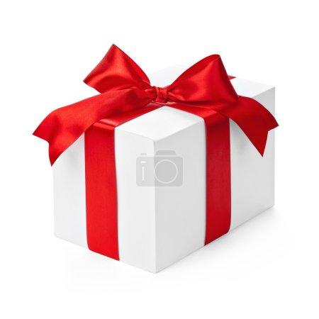 Foto de Caja de regalo con cinta roja y arco aislado en blanco - Imagen libre de derechos