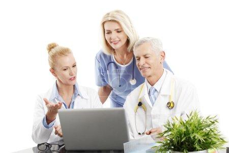 Photo pour Portrait du personnel médical consultant assis devant l'ordinateur au bureau. Isolé sur fond blanc . - image libre de droit