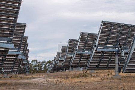 Foto de Vista de un campo de paneles solares fotovoltaicos que recogen energía en el campo . - Imagen libre de derechos