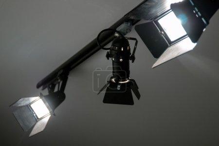 Photo pour Vue des phares de studio éclairés au plafond . - image libre de droit