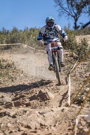 Foto de Competencia de Downhill, Biker monta rápidamente en el campo. - Imagen libre de derechos