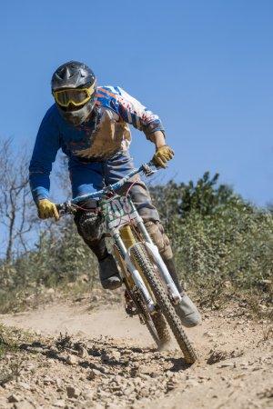 Photo pour Compétition de descente, Biker chevauche rapidement dans la campagne. - image libre de droit