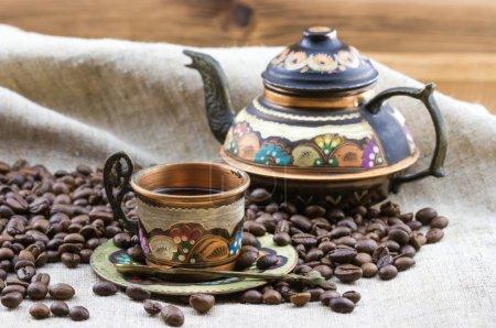 Photo pour Ensemble de thé turc traditionnel tasse en verre vintage avec fond de table en bois théière - image libre de droit
