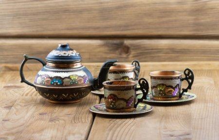 Photo pour Ensemble de thé turc traditionnel tasses en verre vintage avec théière fond de table en bois - image libre de droit