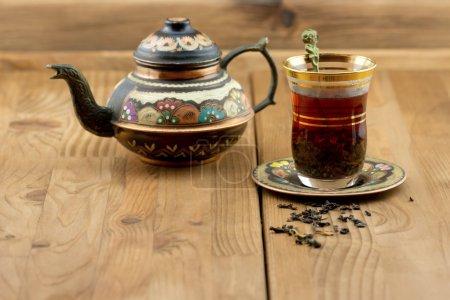 Photo pour Ensemble de thé turc traditionnel tasse en verre vintage avec théière table en bois - image libre de droit