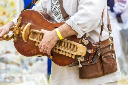 Photo pour Musicien joue sur l'ancien instrument de musique folklorique traditionnelle - image libre de droit