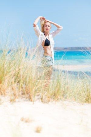 Foto de Relajado mujer con liberará camisa blanca y bikin negro, disfrutando de sol, la libertad y la vida una hermosa playa. Joven sensación libre, relajado y feliz. Concepto de salud bien estar. - Imagen libre de derechos