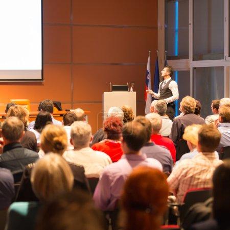 Foto de Ponente en Business Conference y Presentación. Público en la sala de conferencias. Negocios y Emprendimiento . - Imagen libre de derechos
