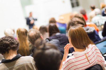 audiencia en la sala de conferencia