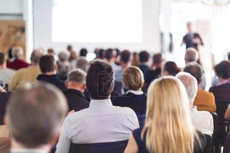 Photo pour Conférencier Donner une conférence à la réunion d'affaires. Public dans la salle de conférence. Entreprises et esprit d'entreprise . - image libre de droit