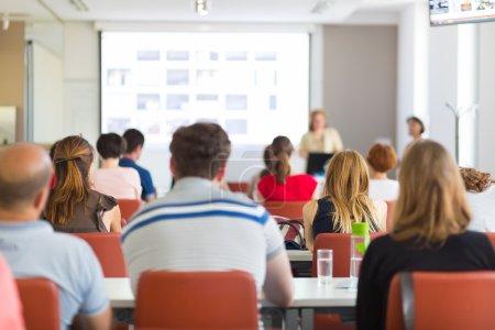 Photo pour Haut-parleur, exposé dans la salle de conférences à l'Université. Participants à l'écoute pour donner des conférences et des notes. - image libre de droit